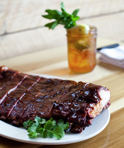 rack-of-barbecue-ribs-with-iced-tea